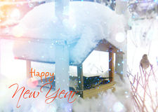Kleines Haus im Schnee deckte Holz in den Schweizer Alpen ab Weihnachts- und des neuen Jahresgrußkarte Stockfotos