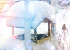Kleines Haus im Schnee deckte Holz in den Schweizer Alpen ab Weihnachts- und des neuen Jahresgrußkarte Lizenzfreie Stockbilder