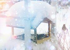 Kleines Haus im Schnee deckte Holz in den Schweizer Alpen ab Weihnachts- und des neuen Jahresgrußkarte Stockbild