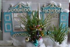Kleines Haus mit Fensterläden und Weihnachtsbaum Lizenzfreie Stockfotos