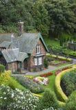 Kleines Haus mit Garten lizenzfreie stockfotografie