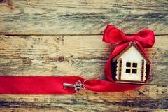 Kleines Haus mit rotem Band und Schlüssel Lizenzfreies Stockfoto
