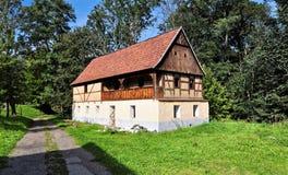 Kleines Haus mit zwei Böden Stockbild
