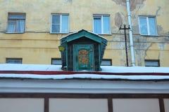 Kleines Haus von Karlsson auf dem Dach. St Petersburg, Russland. Lizenzfreies Stockbild