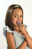 Kleines hispanisches Mädchen, das ihre Zähne Flossing ist Stockbild