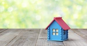 Kleines Holzhaus auf unscharfem Naturhintergrund Stockfotos