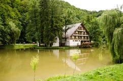 Kleines Hotel über Wasser Stockfotos