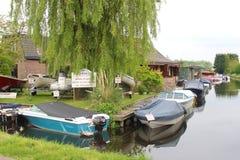 Kleines idyllisches Dorf entlang einem Kanal in Holland Lizenzfreies Stockbild