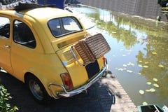 Kleines italienisches Weinleseauto mit Weidenkoffer Stockbild