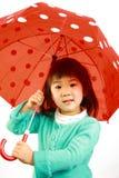 Kleines japanisches Mädchen mit einem Regenschirm Lizenzfreie Stockfotos
