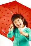 Kleines japanisches Mädchen mit einem Regenschirm Stockbilder