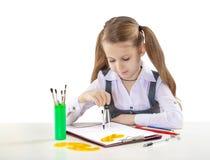 Kleines junges Mädchen mit Kompass am Tisch lizenzfreies stockfoto