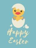 Kleines Küken öffnet sein Ei und Lächeln, glückliche Ostern-Wörter Lizenzfreie Stockfotografie