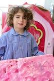 Kleines Künstlermädchen des schönen Vorschülerkursteilnehmers Stockbild