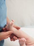 Kleines kaukasisches Baby Doktormassage lizenzfreie stockbilder