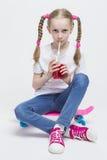 Kleines kaukasisches blondes Mädchen mit langen Zöpfen Lizenzfreie Stockbilder