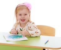 Kleines kaukasisches blondes Mädchen zeichnet mit Bleistiften Lizenzfreies Stockbild