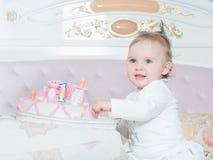 Kleines kaukasisches Kindermädchen auf alles Gute zum Geburtstag mit Kuchen zu Hause stockbild