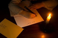 Kleines kaukasisches Mädchen, das einen Brief zu Sankt schreibt Stockfoto