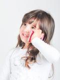 Kleines kaukasisches Mädchen mit Handy Lizenzfreies Stockbild