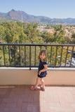 Kleines Kind überrascht in der Terrasse Stockfotos
