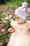 Kleines Kind auf dem Blumengebiet Stockfotografie