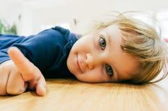 Kleines Kind auf dem Boden Stockbild
