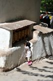 Kleines Kind auf dem Tiptoe, zum der betenden Räder zu erreichen Lizenzfreie Stockfotos