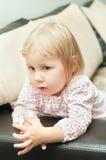 Kleines Kind auf Sofa Stockfotos