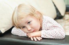 Kleines Kind auf Sofa Stockbild