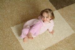 Kleines Kind auf Wolldecke Lizenzfreies Stockfoto