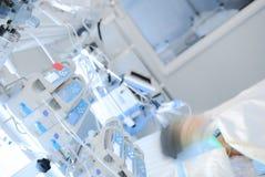 Kleines Kind bekommt Behandlung in der Abteilung von pädiatrischem herein Lizenzfreies Stockbild