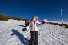 Kleines Kind bereit, Schneeball zu werfen Stockfotos