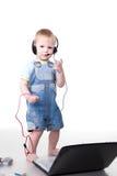 Kleines Kind, das über einen Kopfhörer spricht Lizenzfreie Stockfotos