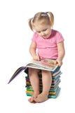 Kleines Kind, das ein Buch liest Stockbild