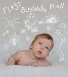 Kleines Kind, das ersten Unternehmensplan macht lizenzfreie stockfotos