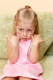 Kleines Kind, das Gesichter bildet Lizenzfreies Stockfoto