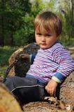 Kleines Kind, das im Wald spielt Lizenzfreies Stockfoto