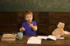 Kleines Kind, das lernt zu zählen Hinzufügen von Zahlen mit den Händen Mathelektion am Kindergarten lizenzfreies stockfoto
