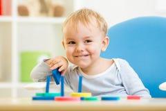 Kleines Kind, das mit Bausteinen spielt stockfoto