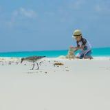 Kleines Kind, das Sandburg am Strand macht Lizenzfreie Stockbilder