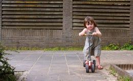 Kleines Kind, das Spaß hat Lizenzfreie Stockfotos