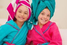 Kleines Kind, das Spaß vor großem Spiegel nach Bad mit Tuch auf Kopf hat lizenzfreies stockbild