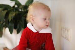 Kleines Kind in der Küche sitzt auf einer Tabelle Lizenzfreie Stockfotografie