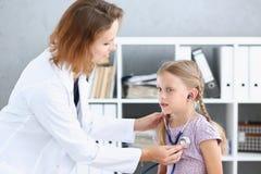 Kleines Kind an der Kinderarztaufnahme lizenzfreies stockbild