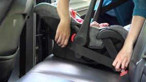 Kleines Kind der Mutterbefestigungs im Autositz Kindheit und Sicherheit auf Straße 4K stock video footage