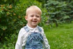 Kleines Kind des Porträts in einem weißen Hemdlächeln Lizenzfreie Stockfotos