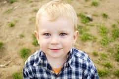 Kleines Kind in einem karierten Hemd. Lizenzfreie Stockbilder