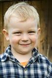 Kleines Kind in einem karierten Hemd. Stockfotografie