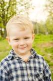 Kleines Kind in einem karierten Hemd. Stockfotos